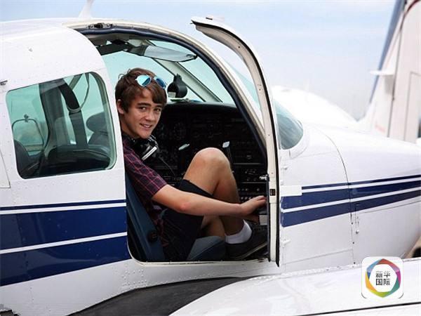 十五岁少年独自驾驶飞机祝自已生日快乐