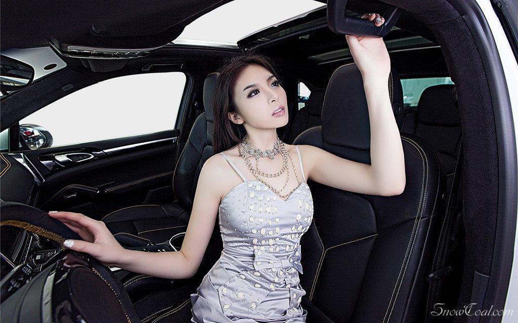 汽车女模特 保时捷车模大秀玲珑身段
